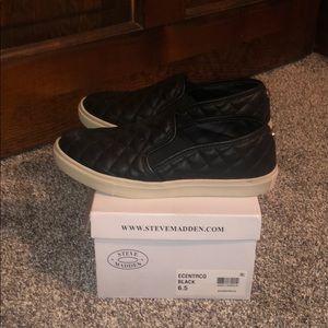 PREOWNED- LIKE NEW Steve Madden Sneaker.
